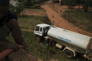 Acnur está a fornecer água limpa como uma das respostas para o surto de cólera na Tanzânia. Foto: Acnur/B.Loyseau