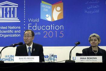 Ban Ki-moon e Irina Bokova participam no Fórum Mundial de Educação. Foto: ONU/Evan Schneider