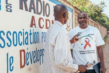 Especialista em saúde materna do Unfpa é entrevistado pela Rádio Tob, na região de Mandoul. Foto: Unfpa/Ollivier Girard