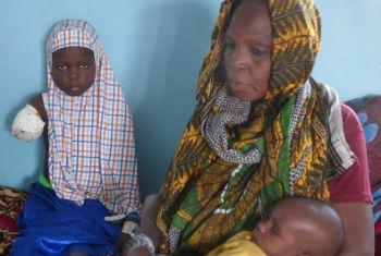Hadjara, 8, fugiu de um ataque do Boko Haram na cidade de Baga na Nigéria com a família. Ela foi ferida com um tiro no ataque e teve de amputar o braço num hospital no Chade. Foto: OCHA/Caroline Birch