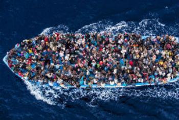 Refugiados num barco à caminho da Europa. Foto: Guarda Costeira Italiana/Massimo Sestini