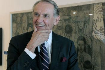 Vice-secretário-geral, Jan Eliasson, na exposição de Norman Rockwell na sede da ONU, em Nova York. Foto: ONU/Stephanie Coutrix