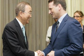 Ban Ki-moon cumprimenta Pierre Krähenbühl, comissário-geral da Unrwa. Foto: ONU/Rick Bajornas