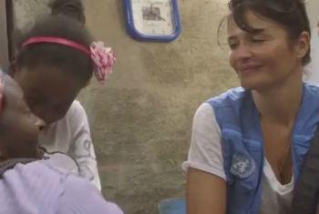 A modelo e fotógrafa Helena Christensen em visita a refugiados. Foto: Reprodução vídeo Acnur