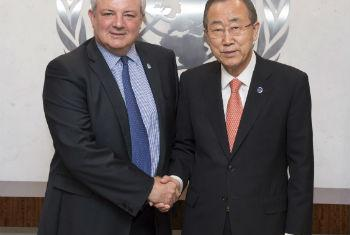 Ban Ki-moon (à esq.) com Stephen O'Brien. Foto: ONU