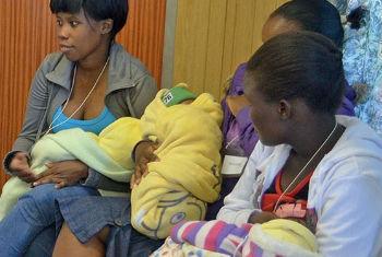 A OMS recomenda a amamentação exclusiva com leite materno ao bebé do nascimento até os seis meses.Foto: Aiea/H. Mulol