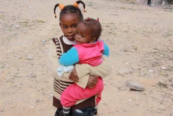 Crianças deslocadas pela violência em Trípoli. Foto: Acnur/L. Dobbs