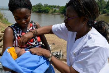 Enfermeira vacina um bebê na República Centro-Africana. Foto: UNICEF/Sebastian Rich
