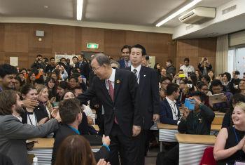 Ban Ki-moon em encontro com jovens na Universidade Tohoku, Japão. Foto: ONU/Eskinder Debebe
