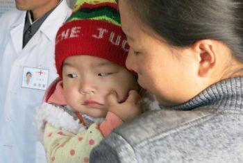 Criança em clínica aguarda suplemento nutricional. Foto: Unicef