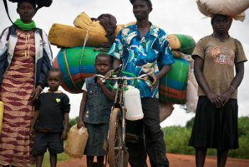 Família sai do Burundi devido à violência. Foto: Acnur/Kate Holt