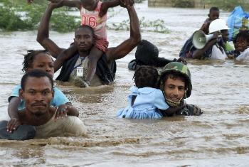 Quase uma pessoa a cada segundo ficou deslocada após enchentes, tempestades ou terremotos.Foto: ONU/Marco Dormino