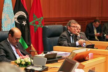 Representante Especial Bernardino León (centro) fala a partes líbias em reunião no Marrocos. Foto: Unsmil