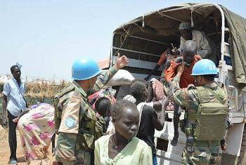 Capacetes azuis ajudam civis no Sudão do Sul. Foto: Unmiss