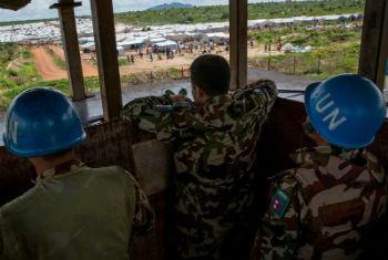 Boinas azuis da Unmiss observam um local de proteção de civis em Juba. Foto: ONU/JC McIlwaine