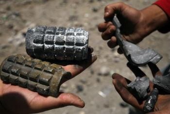 Crianças seguram restos de explosivos no Iêmen. Foto: Unicef//Mohamed Hamoud