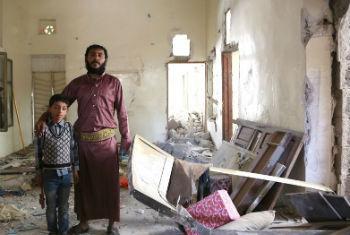 Família no Iêmen teve casa destruída. Foto: Ocha/Charlotte Cans