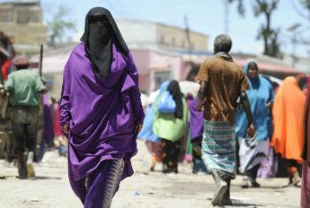 Mulher anda pelas ruas de Mogadíscio. Foto: ONU/Tobin Jones