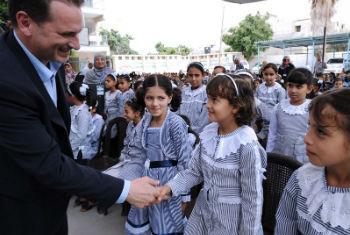 Comissário-geral da Unrwa, Pierre Krähenbühl, visita escola na Faixa de Gaza em 14 de setembro de 2014 para celebrar o início do ano escolar. Foto: Unrwa/Shareef Sarhan