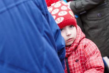 Famílias ucranianas esperam entrega de ajuda humanitária. Foto: UNICEF Ukraine/Pavel Zmey