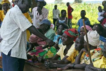 Parentes de crianças raptadas falam sobre o desaparecimento em Lamwo, na região norte de Uganda. Foto: IRIN/Philippa Croome