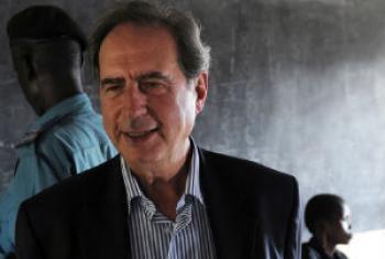 António Monteiro em visita ao Sudão do Sul, em 2011. Foto: ONU/Tim McKulka