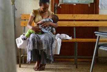 Mãe amamenta seu bebê. Foto: Unicef/Christine Nesbitt
