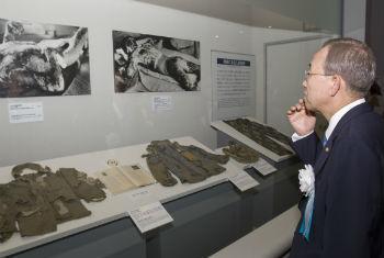 Ban Ki-moon em visita ao Memorial da Paz em Hiroshima, Japão. Foto: ONU/Eskinder Debebe
