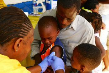 OMS: uma entre cinco crianças não recebe as vacinas de rotina.Foto: OMS/M. Winkler