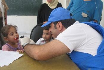 Médico da Unrwa examina criança em Damasco. Foto: Unrwa