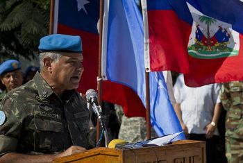 General Jaborandy Júnior durante cerimônia no Haiti em abril. Foto: Igor Rugwiza /MINUSTAH