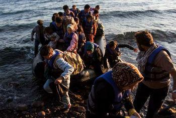 Grupo de afegãos chegam à Grécia. FotoAcnur/A. McConnell