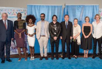 Secretário-geral Ban Ki-moon com participantes do evento especial para o Dia Mundial da Ação Humanitária. Foto: ONU/Cia Pak