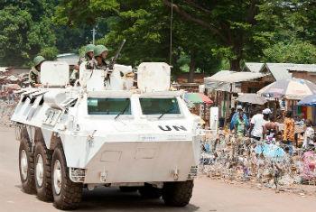 Soldados de paz da Missão Integrada da ONU na República Centro-Africana, Minusca, durante patrulha em Bambari. Foto: ONU/ Catianne Tijerina