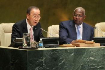 Secretário-geral da ONU, Ban Ki-moon, discursa na Assembleia Geral ao lado do presidente da AG, Sam Kutesa. Foto: ONU/Devra Berkowitz