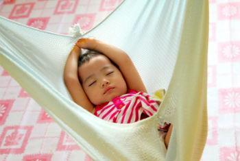Um bebê do grupo étnico indígena Kadazandusun dorme numa creche que recebeo o apoio do Unicef na Malásia. Foto: UNICEF/Giacomo Pirozzi.