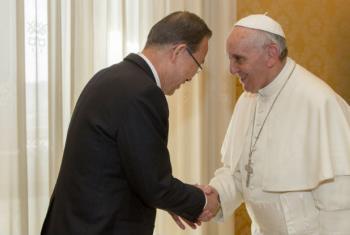 Secretário-geral da ONU, Ban Ki-moon, e papa Francisco no Vaticano, em 2013. Foto: ONU/ Rick Bajornas