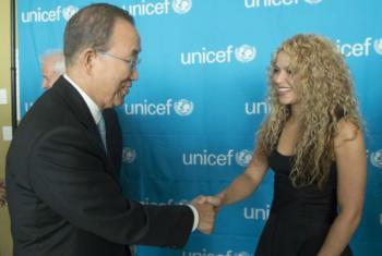 Secretário-geral da ONU, Ban Ki-moon, e a embaixadora da Boa Vontade do Unicef, Shakira, na sede da ONU, em Nova York.