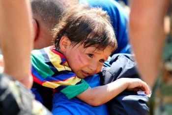 Criança atravessa a fronteira entre Grécia e Macedônia. Foto: UNICEF/Tomislav Georgiev