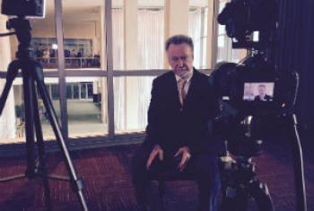 """João Candido Portinari, em entrevista à Rádio ONU antes da reinauguração dos painéis """"Guerra e Paz"""". Foto: Rádio ONU."""