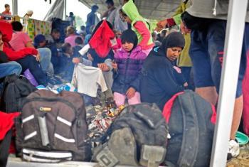 Refugiados preparam-se para entrar na Grécia. Foto: Unicef/Tomislav Georgiev.