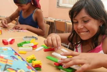 Menores em campo de refugiados em Belgrado. Foto: Ocde.