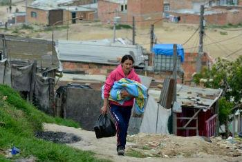 Mulher com criança na Colômbia. Foto: Acnur/S. Rich