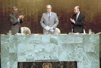 Diogo Freitas do Amaral (no centro) em sua primeira sessão como presidente da Assembleia Geral em 19/09/1995. Foto: ONU/Evan Schneider