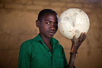 Ismail, 13 anos, no Campo IDP para deslocados no Darfur Norte. Imagem: