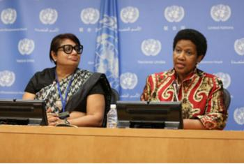 A diretora-executiva da ONU-Mulheres, Phumzile Mlambo-Ngcuka, com a autora da pesquisa, Radhika Coomaraswamy. Imagem: Ryan Brown/UN Women