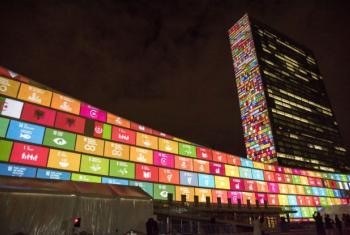 Sede da ONU, em Nova York, iluminada com projeções relacionadas aos Objetivos de Desenvolvimento Sustentável. Foto: ONU/Cia Pak.