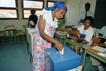 Uma angolana participa nas primeiras eleições nacionais e multi-partidárias do país, a 29 de setembro de 1992. Foto: ONU/Milton Grant