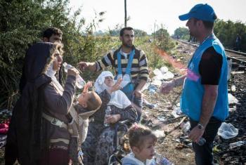 Trabalhador humanitário com refugiados sírios. Foto: Acnur/Olivier Laban-Mattei