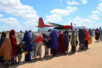 Refugiados somalis embarcam em avião. Foto: Acnur/A. Nasrullah